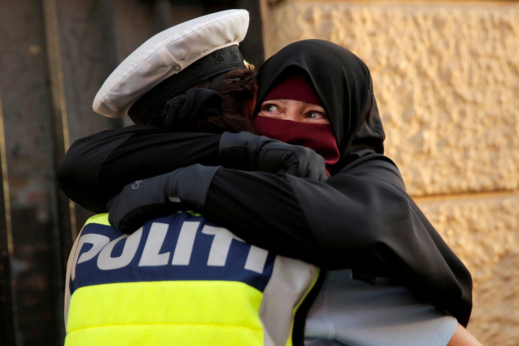 Ayah (37) u suzama dok je grli policajka tijekom prosvjeda protiv zabrane nošenja vela na licu