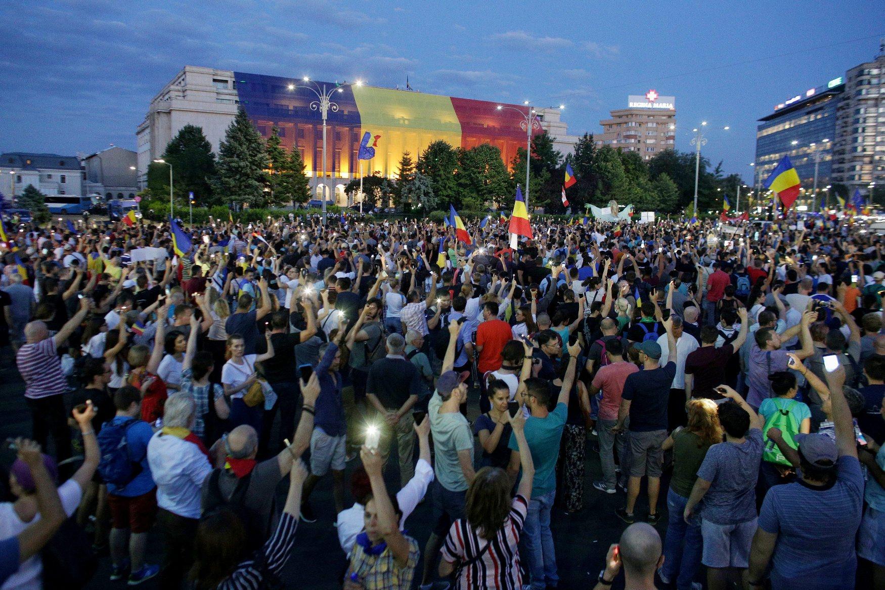 2018-08-11T193938Z_280842768_RC1E64090050_RTRMADP_3_ROMANIA-PROTESTS