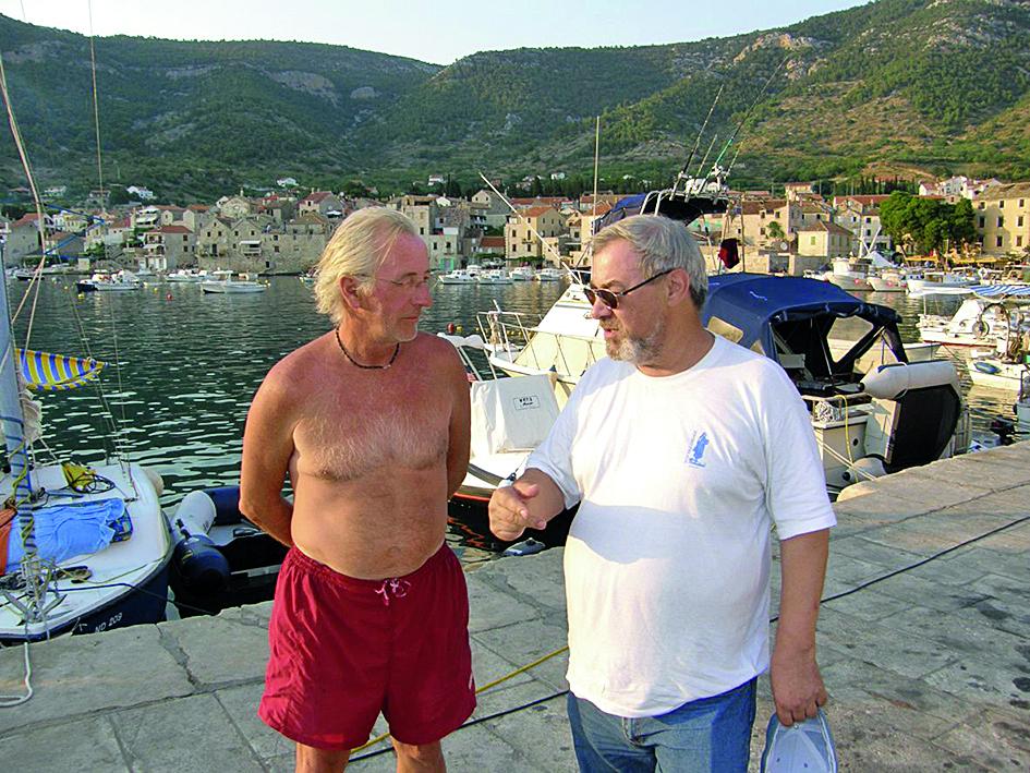 Komiza,200707. Oliver Dragojevic u razgovoru sa jaksom fiamengom. foto: Bogoljub Mitrakovic -desk-