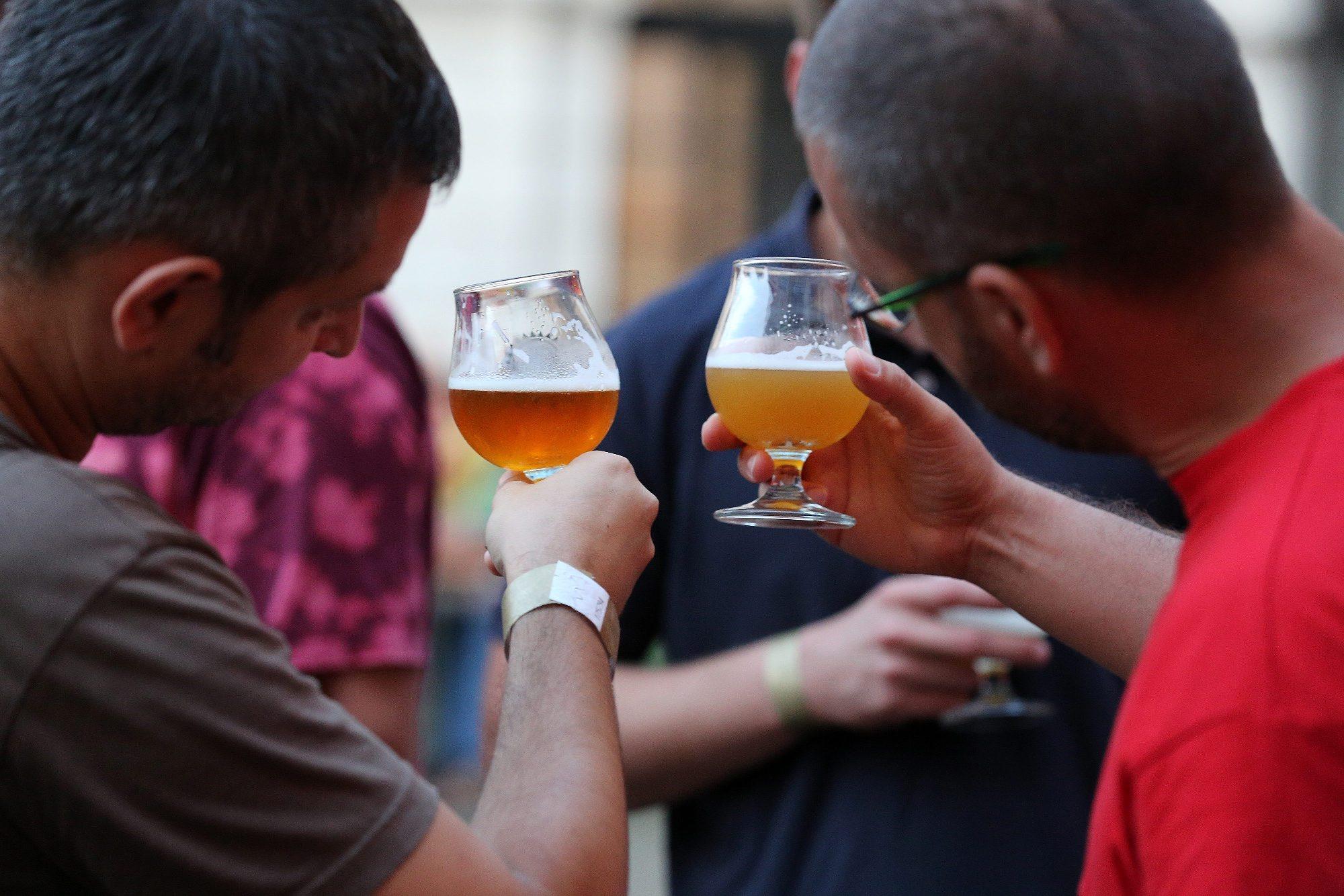 """Daruvarski dani piva. """"Korisnici"""" se dive pivu. Kako i ne bi, izgleda prekrasno!"""