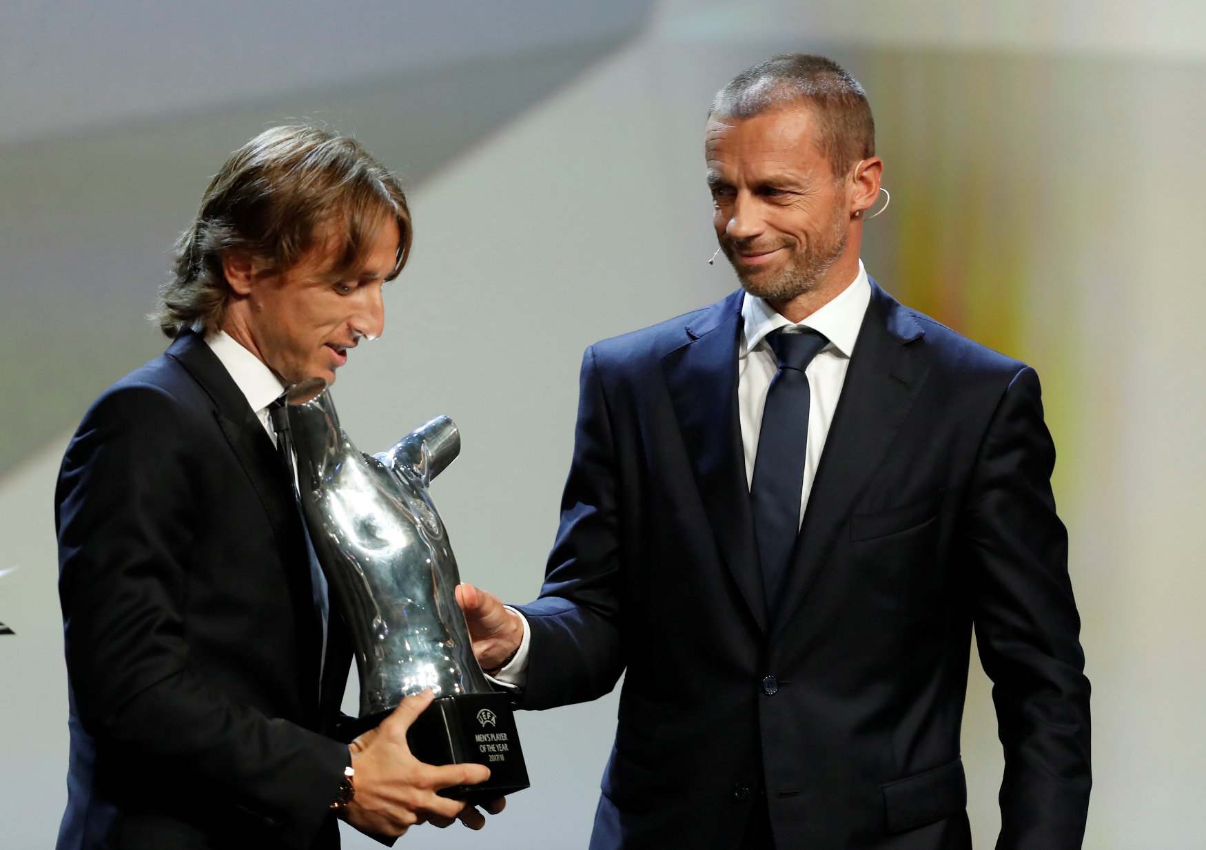 Soccer Football - Champions League Group Stage Draw - Grimaldi Forum, Monaco - August 30, 2018   UEFA President Aleksander Ceferin presents Real Madrid's Luka Modric with the UEFA Men's Player of the Year award   REUTERS/Eric Gaillard