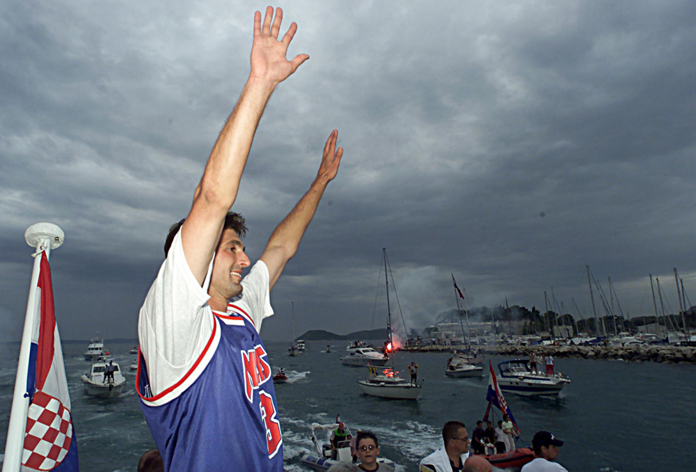 Wimbledon winner Goran Ivanisevic waves from a boat to fans on his  arrival at his hometown of Split on July 10, 2001. Newly-crowned  Wimbledon champion Goran Ivanisevic landed in his home town of Split on  Tuesday to a hero's welcome which drew more than 100,000 people to the  city centre.    NSO/CRB - RP2DRIMZJEAA