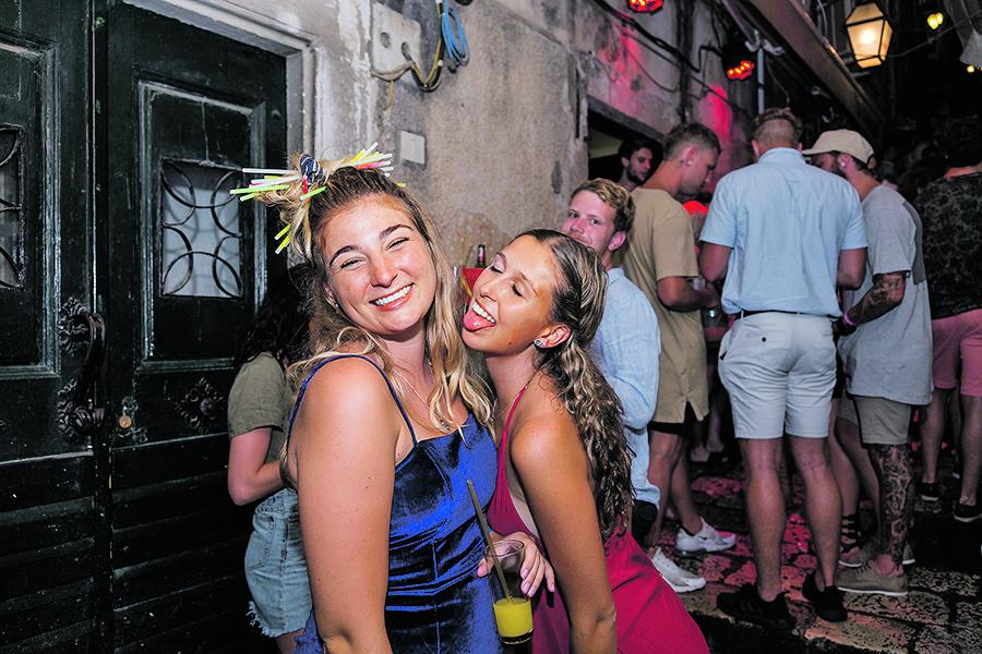 special JL Dubrovnik, 030818. Popularna okpljalista mladih Australaca u Dubrovniku. Druzenja uz alkoholna pica na stepenicama ispred i u caffe barovima nakon cega slijedi odlazak u nocni klub Revelin.  Foto: Bozo Radic / CROPIX