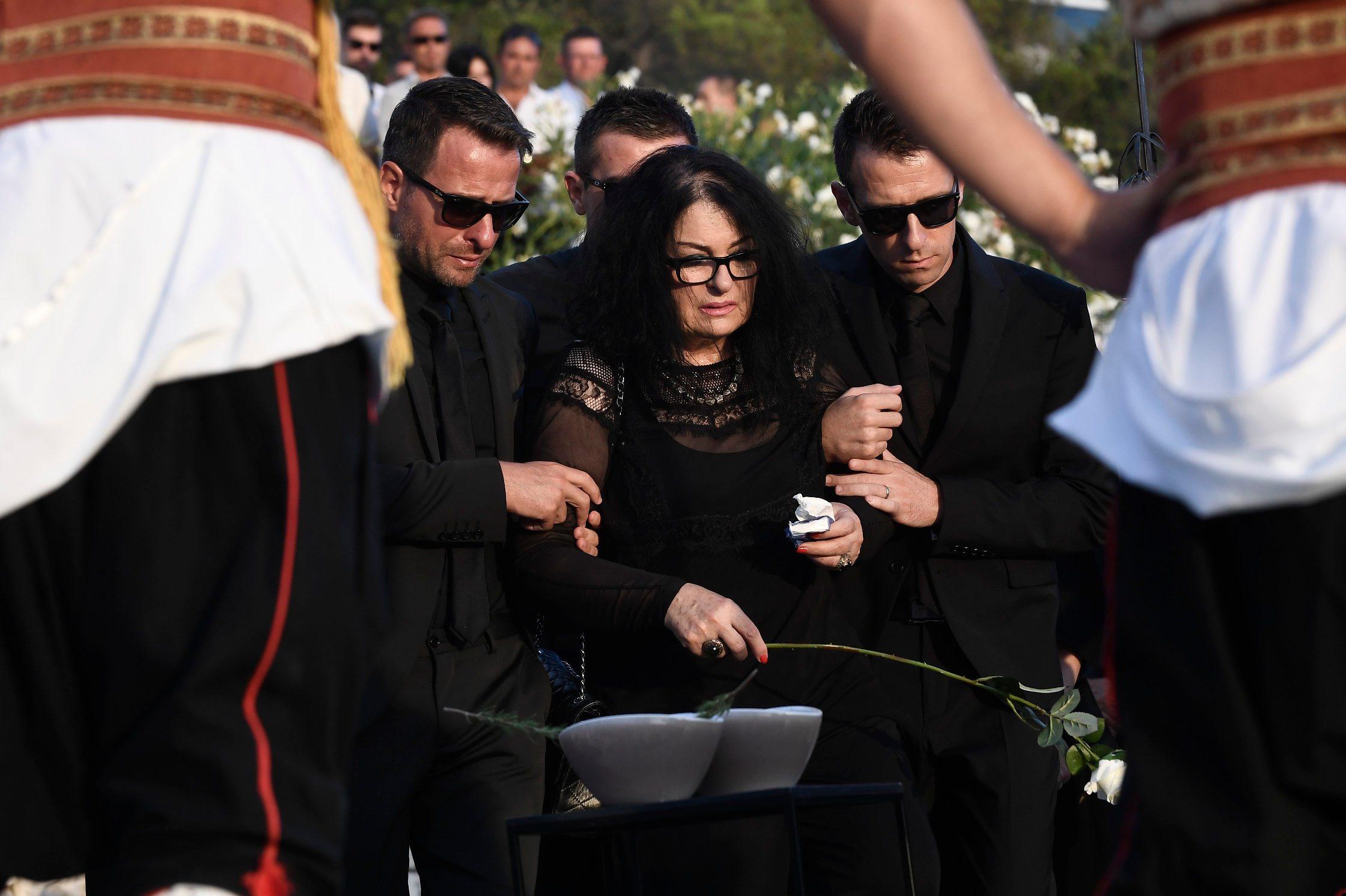 Vesna Dragojević sa sinovima na pokopu Olivera