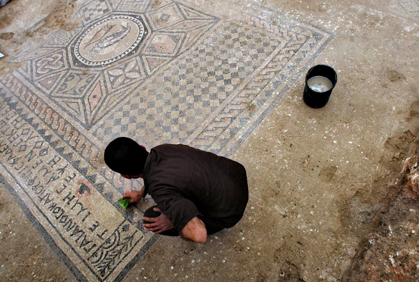 Zatvorenik čisti mozaik na arheološkom nalazištu ispod zatvora Megiddo