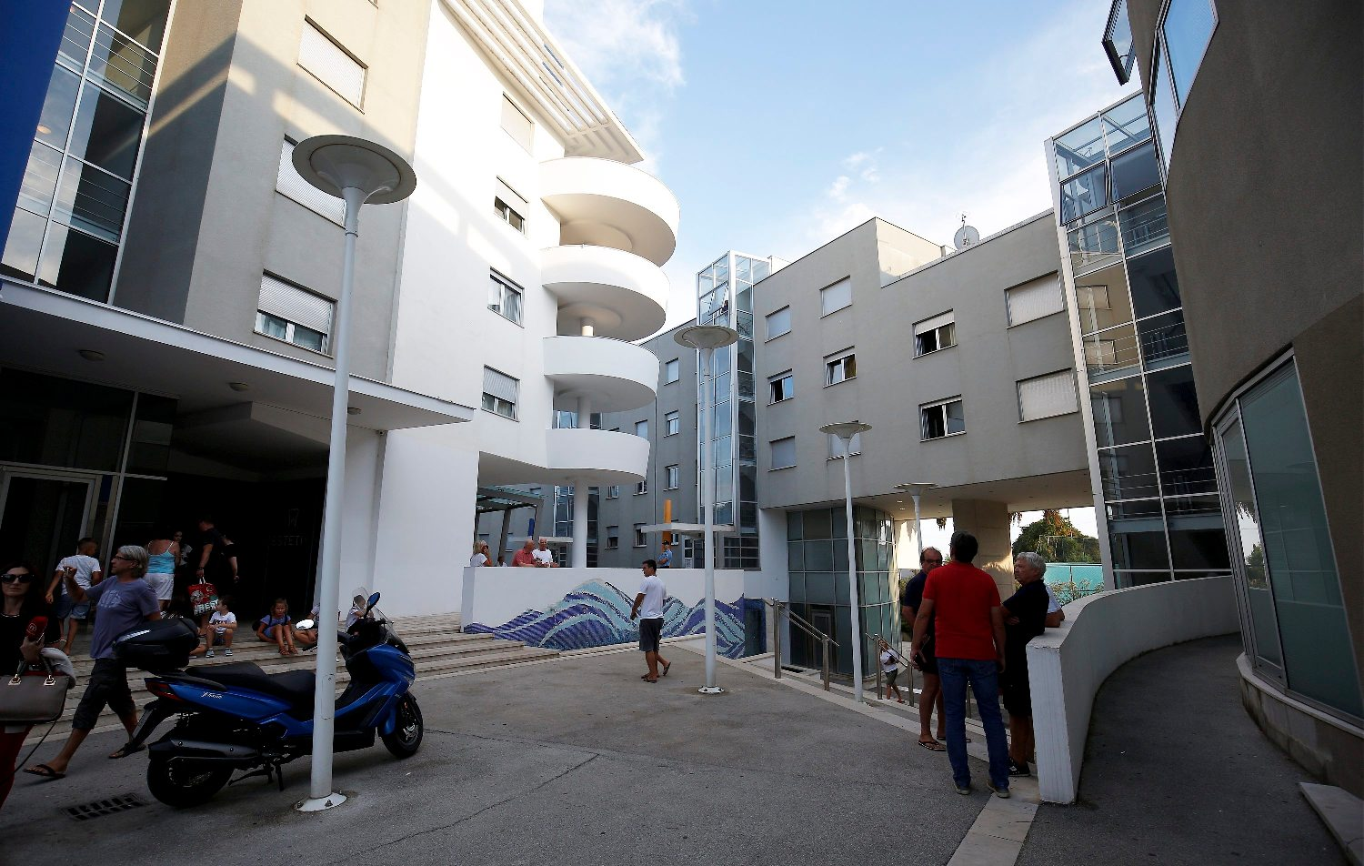 Split, 100918. Na zgradi u Spincicevoj ulici doslo je do eksplozije vanjske jedinice klima uredjaja. Dvojica radnika teze su ozlijednjena u eksploziji.  Foto: Jakov Prkic / CROPIX