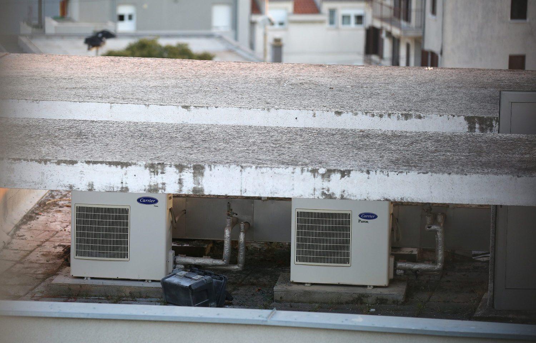 Split, 100918. Na zgradi u Spincicevoj ulici doslo je do eksplozije vanjske jedinice klima uredjaja. Dvojica radnika teze su ozlijednjena u eksploziji.  Foto: Duje Klaric / CROPIX
