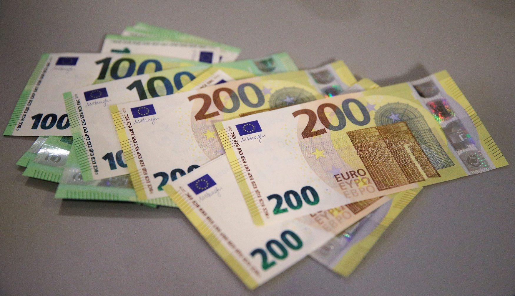 Nove novčanice od 100 i 200 eura
