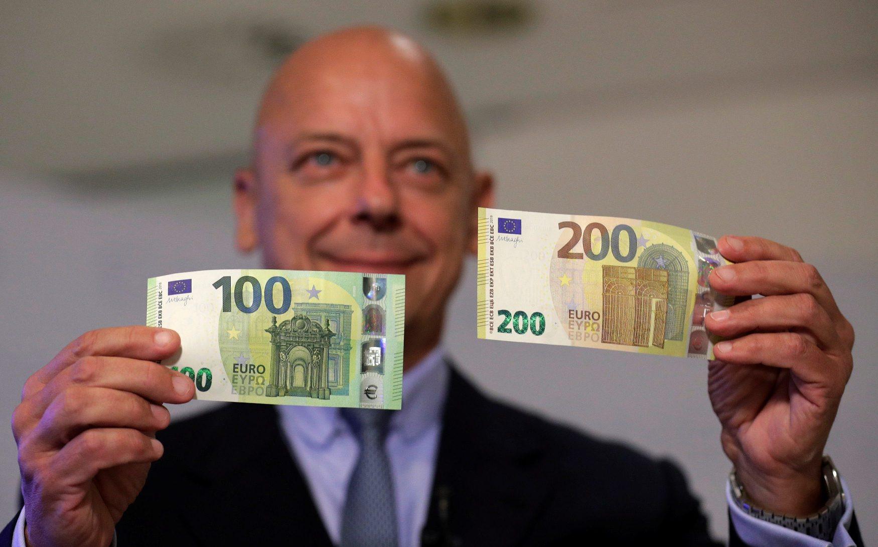 Guverner Središnje banke Austrije Kurt Pribil s novim novčanicama od 100 i 200 eura