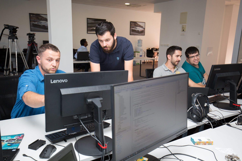 Mate Rimac sa zaposlenicima u novom uredu