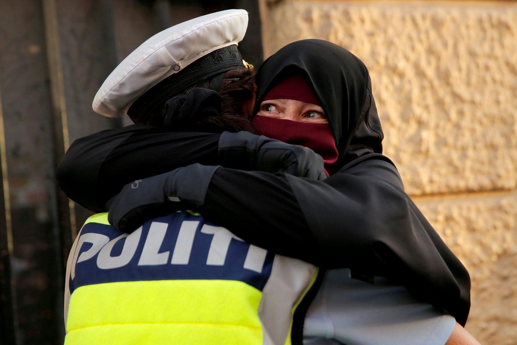Na fotografiji danska policajka grli uplakanu 37-godišnju Ayah, na dan prosvjeda protiv zabrane nošenja pokrivala za lice u javnosti (1.8.2018.). Policajka je sad pod istragom.