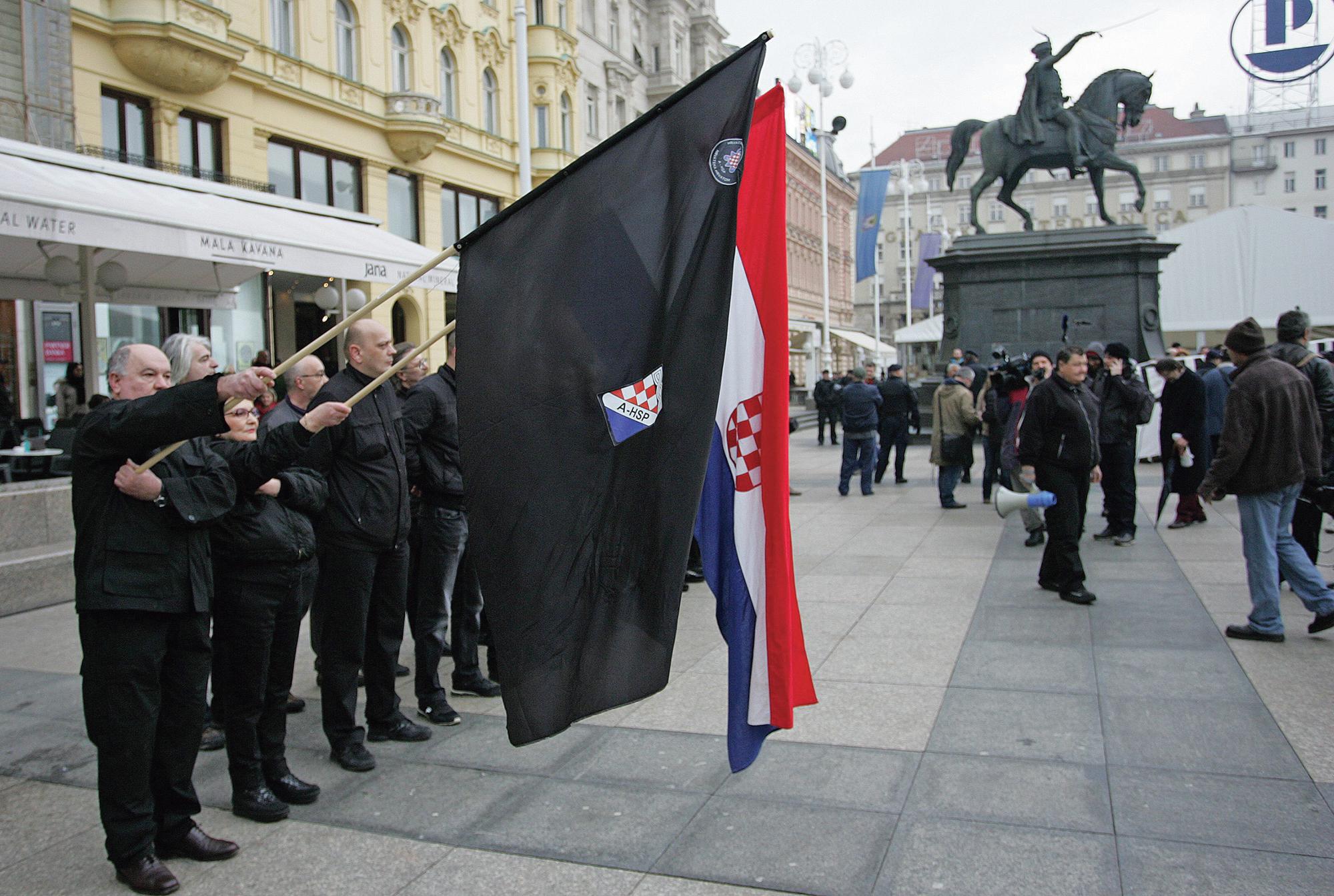 Postrojavanje crnokošuljaša, stranačke vojske Autohtone hrvatske stranke prava
