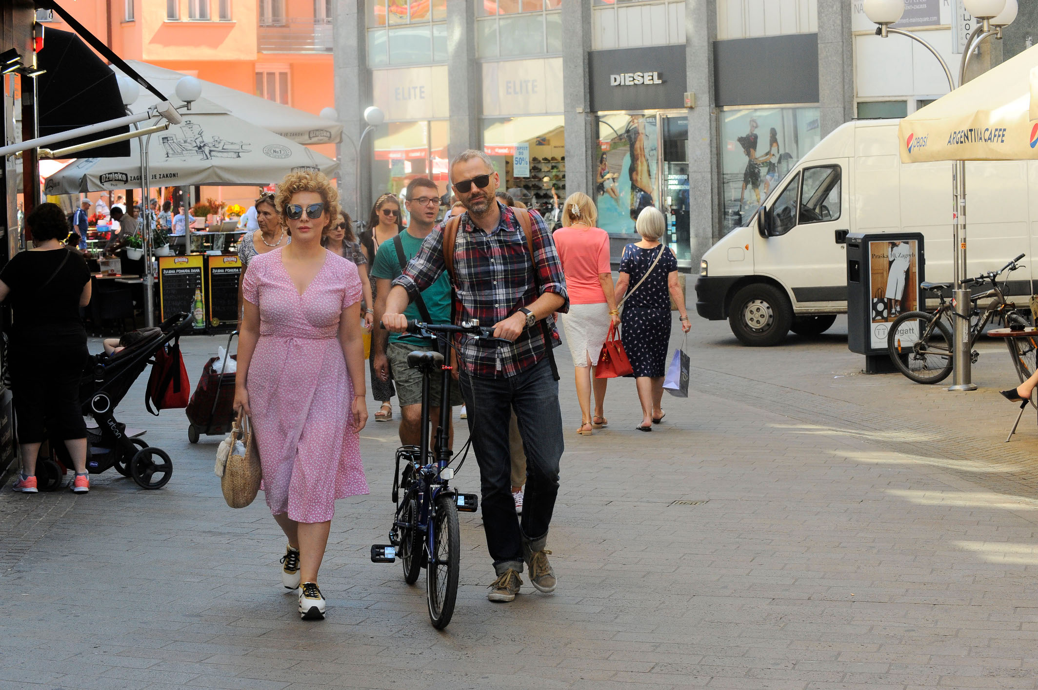 Linda Begonja i Oliver Frljić na špici