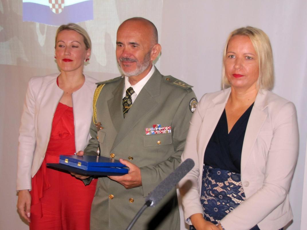 Osam branitelja i jedna postrojba primilo je posebnu zahvalnicu gradonacelnice Siska Kristine Ikic Banicek u povodu obiljezavanja 3. rujna, Dana branitelja grada Siska.