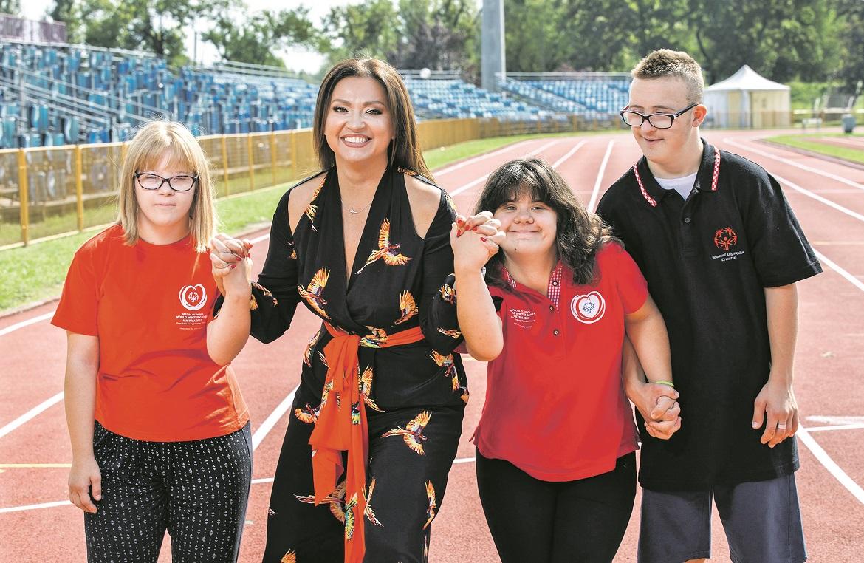 Lara Belaušić, Ana Bašić i Mauro Zović s pjevačicom Ninom Badrić, ambasadoricom zaklade Hrvatska za djecu