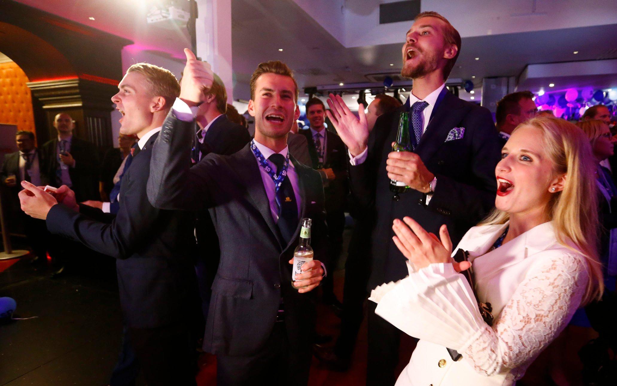 Članovi Švedskih demokrata slave nakon prvih rezultata izbora