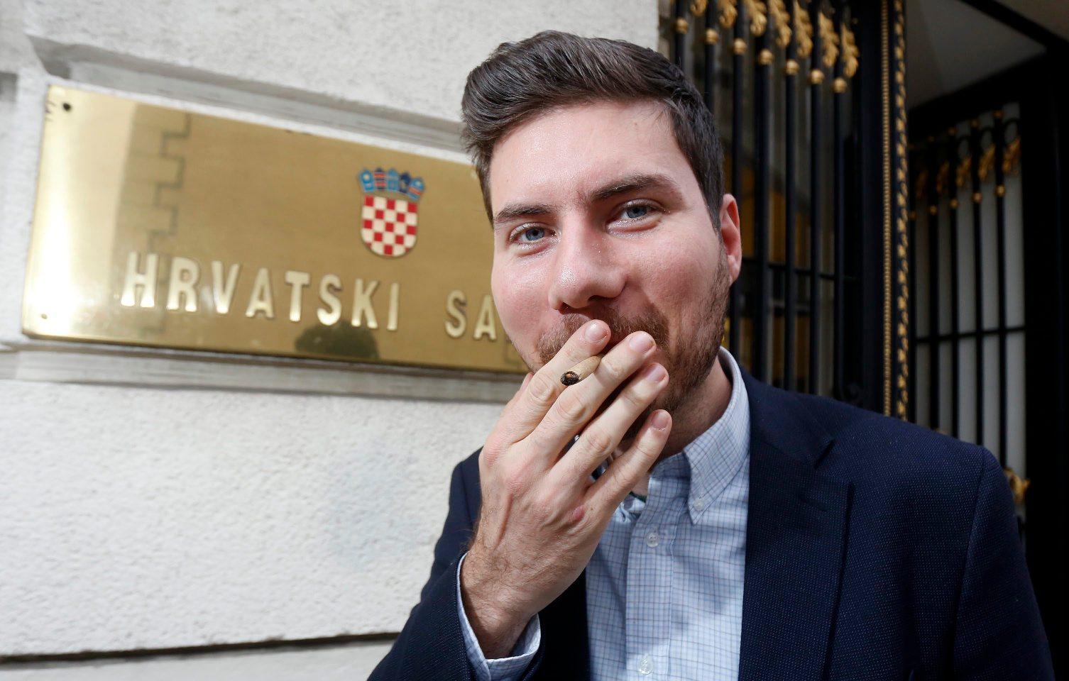 Zastupnik Ivan Pernar sa smotanom cigaretom ispred ulaza u Sabor RH