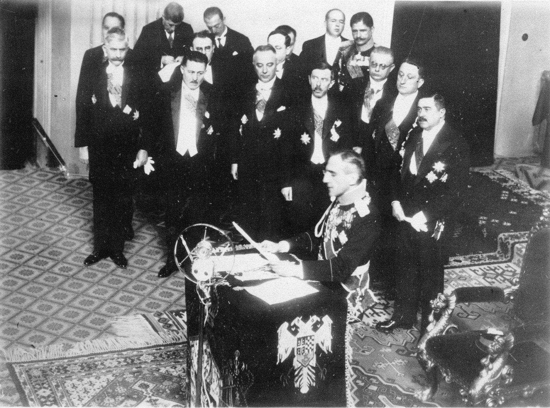 Kralj Aleksandar suspendirao je Ustav, raspustio Narodnu skupštinu, a sve stranke s nacionalnim obilježjem zabranio. Tako je počeo državni teror u kojem su prvi stradali najžešći protivnici režima – komunisti i hrvatski nacionalisti