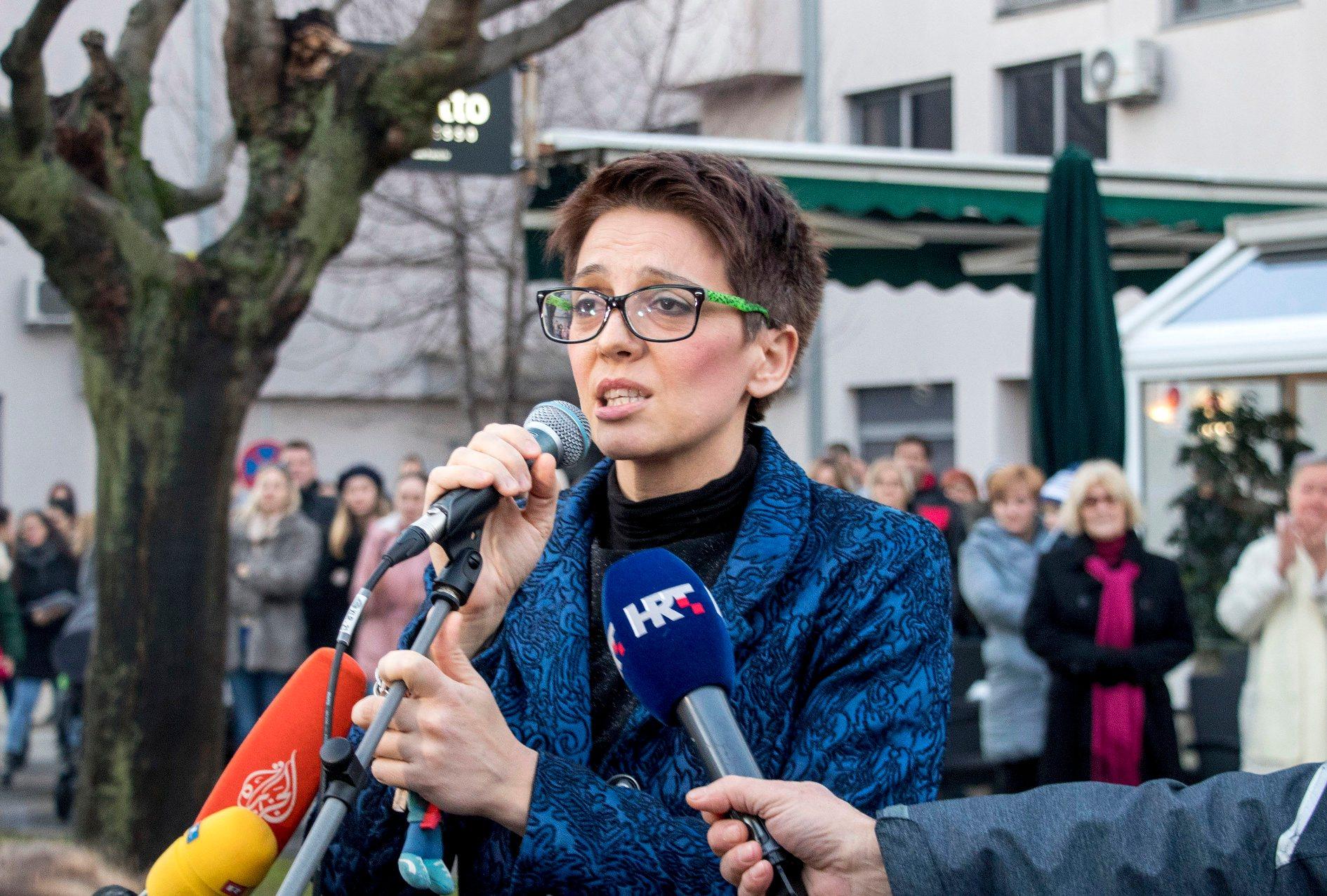 Prosvjed i skup potpore dr. Kseniji Kaleb (na fotografiji) ispred Doma zdravlja u Metkoviću