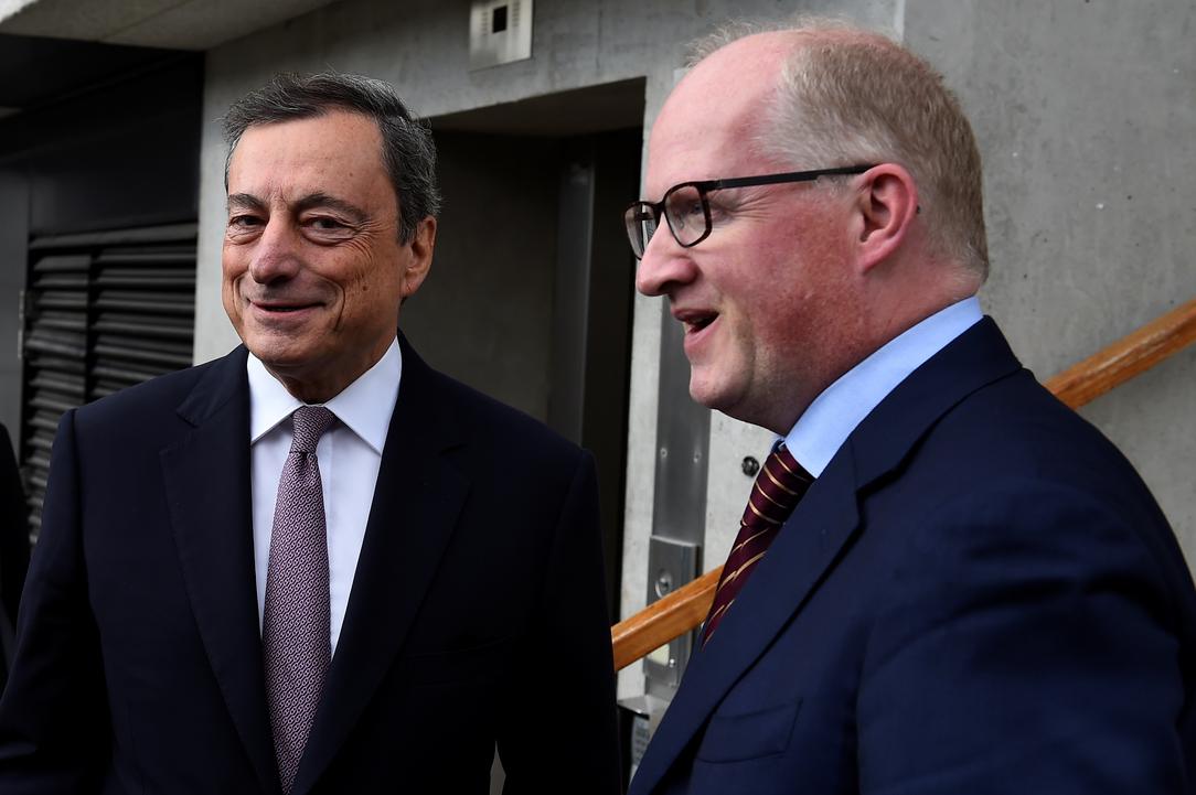 Predsjednik Europske središnje banke Mario Draghi u pratnji guvernera Irske središnje banke Phillipa Lanea
