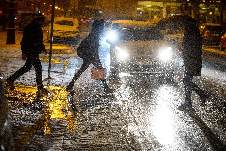 Zagreb, 220119.  Tomislavov trg. Snijeg koji je poceo padati u vecernjim satima zabijelio je ulice grada. Foto: Goran Mehkek / CROPIX