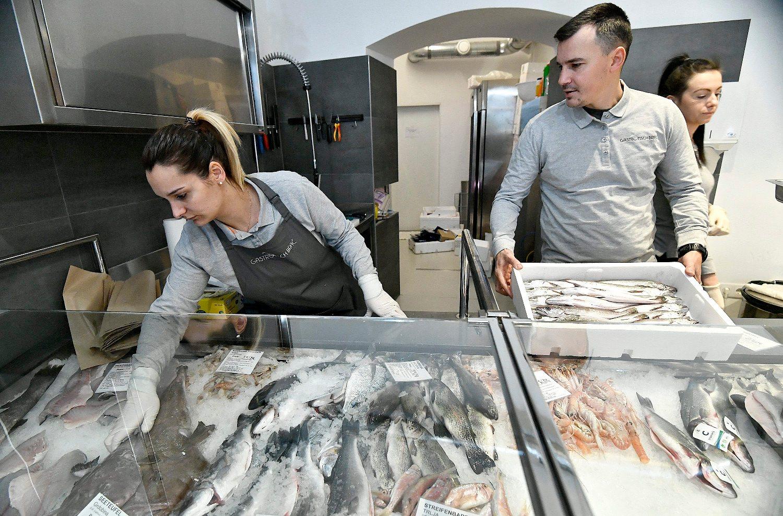 Bec, Austrija, 250119. Zollergasse 12. Gastro fisch Brac, novootvorena trgovina sa svjezom i zamrznutom ribom i plodovima mora te hrvatskim delikatesama u centru Beca. Na fotografiji: Milan Prgomet. Foto: Ronald Gorsic / CROPIX