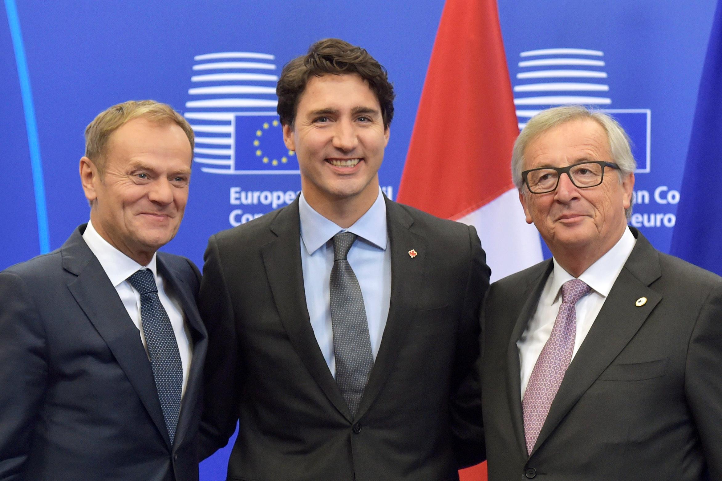 Kanadski premijer Justin Trudeau (u sredini) u drštvu predsjednika Vijeća EU Donalda Tuska (lijevo) i predsjednika Komisije Jean-Claudea Junckera (desno)