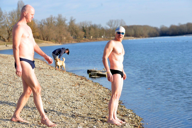 Zagreb, 160119. Gordan Zelenika i Kan koji plivaju u ledenim vodama. Na fotografiji: Kan i Gordan Zelenika. Foto: Bruno Konjevic / CROPIX