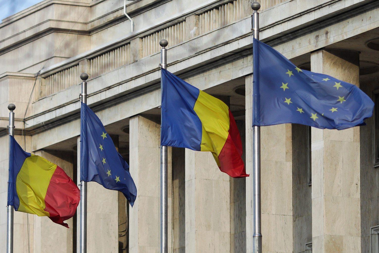 Rumunjska i EU zastava ispred sjedišta rumunjske vlade u Bukureštu