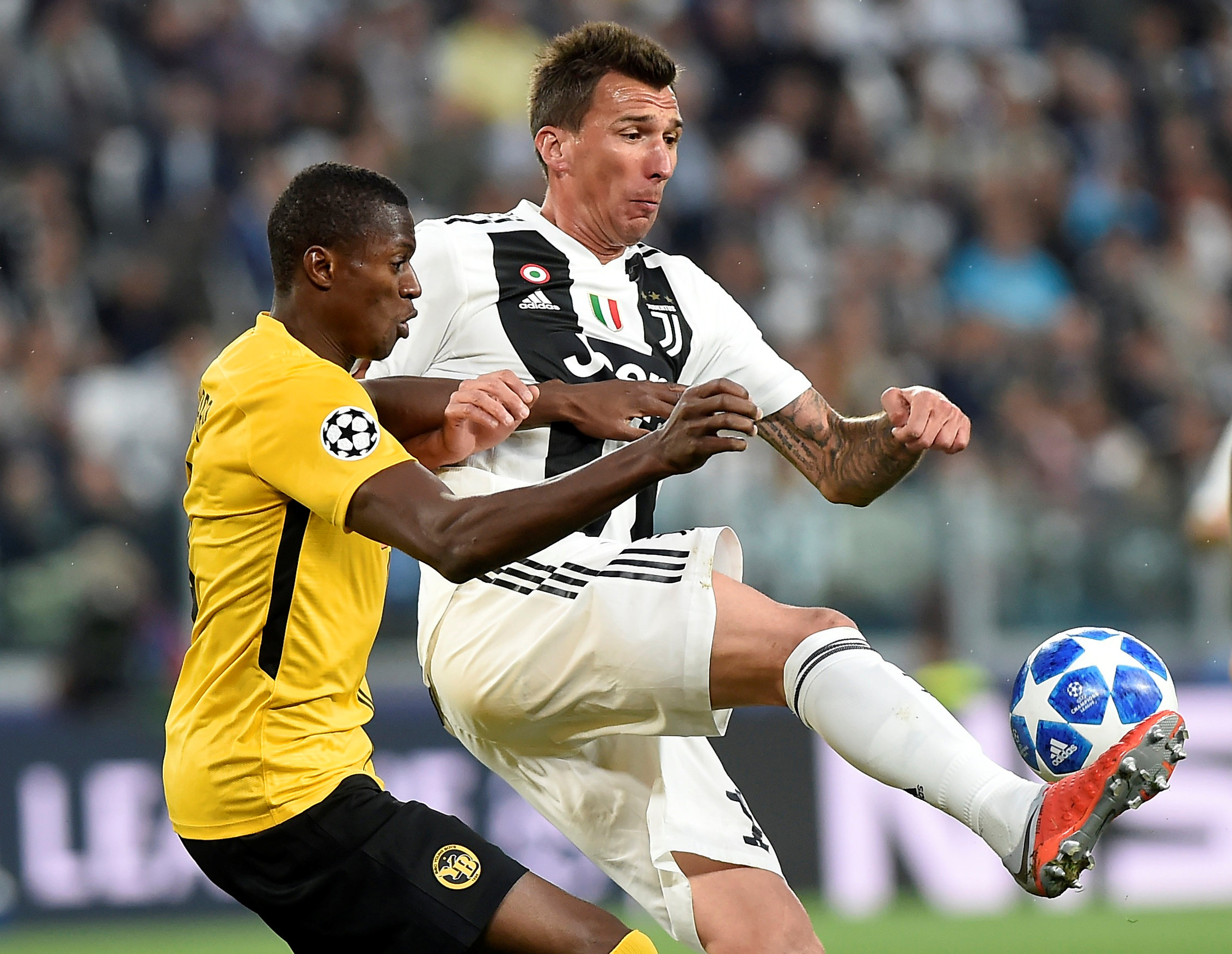 Soccer Football - Champions League - Group Stage - Group H - Juventus v BSC Young Boys - Allianz Stadium, Turin, Italy - October 2, 2018  Juventus' Mario Mandzukic in action with Young Boys' Sekou Sanogo   REUTERS/Massimo Pinca