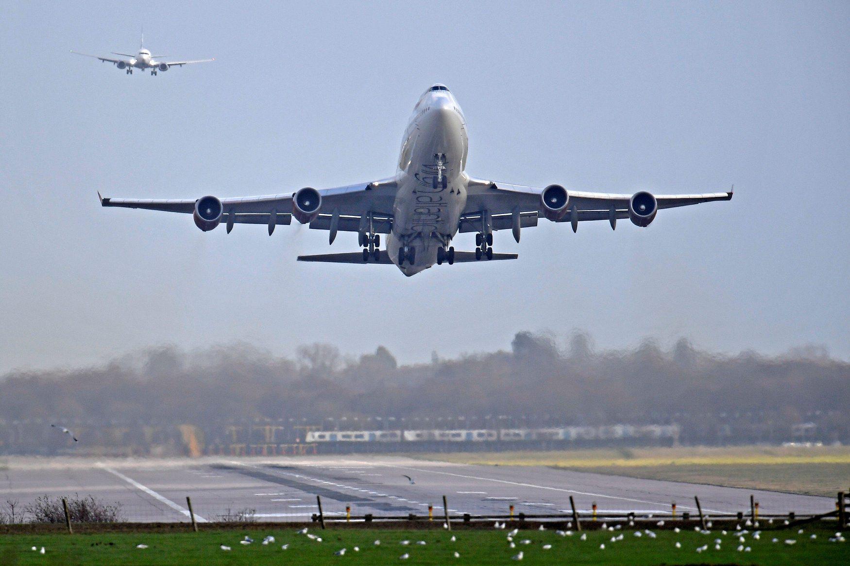 Uzlijetanje zrakoplova na aerodromu Gatwick nakon ponovnog otvaranja zračne luke zbog letenja dronova