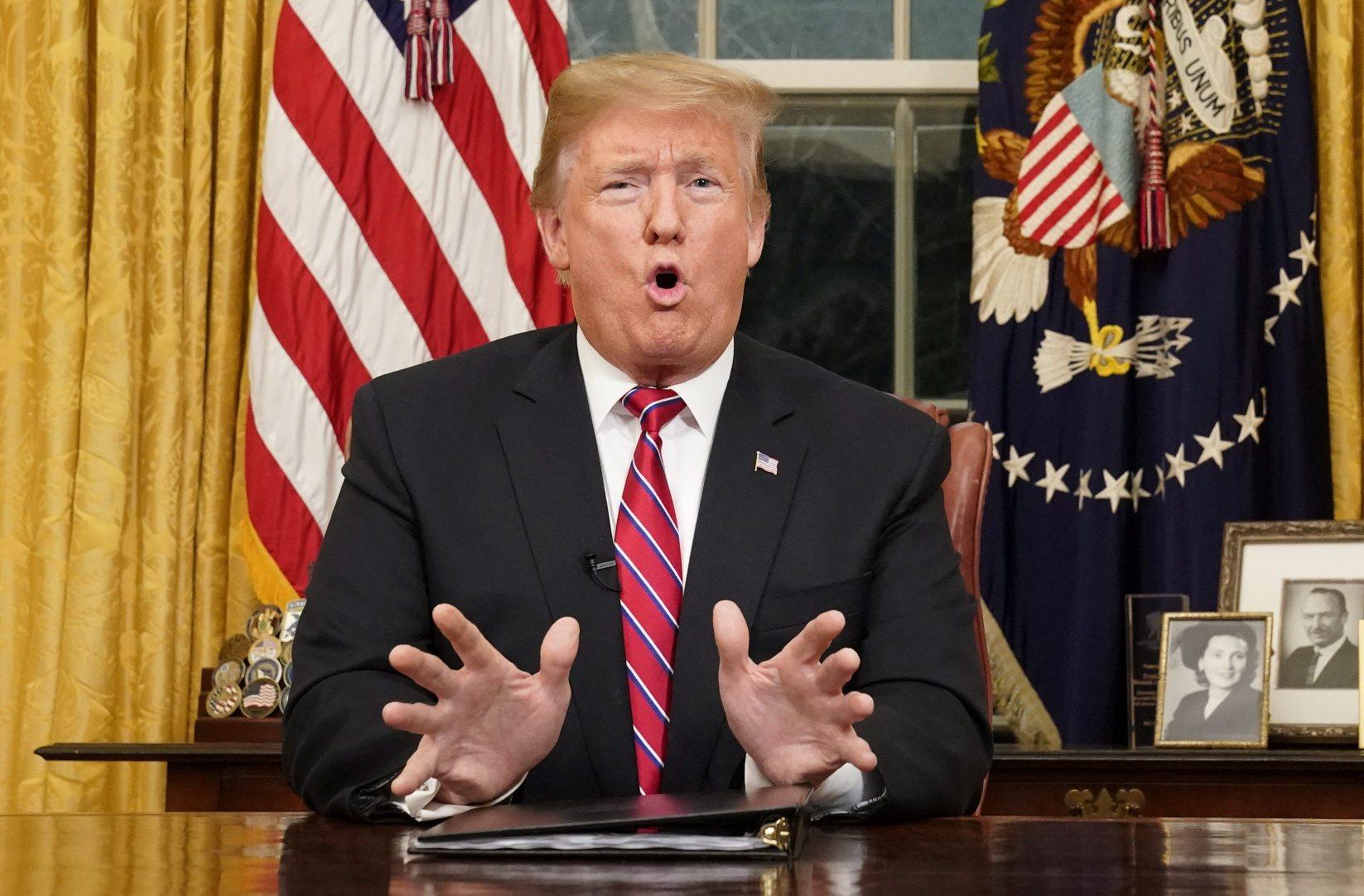 Donald Trump u Ovalnom uredu tijekom obraćanja naciji