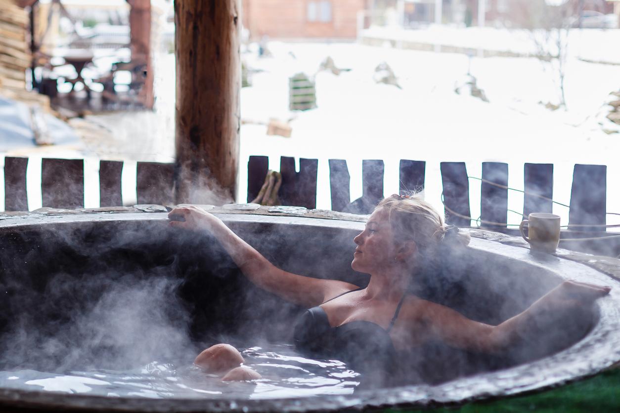 Najbolja opcija je definitivno mlaka voda koju će vaša koža obožavati jer čuva njenu hidratiziranost.