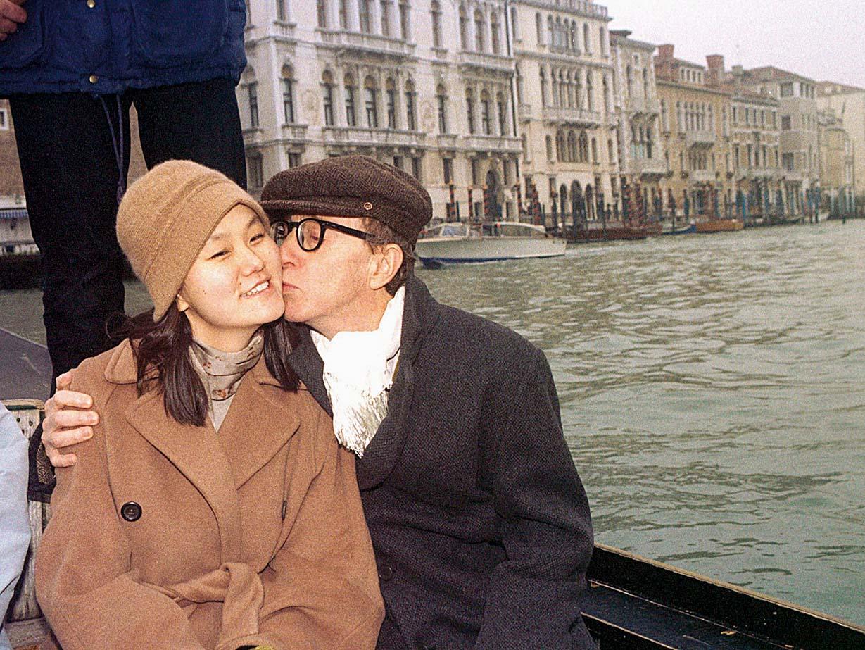 Kultni američki redatelj Woody Allen podigao je prašinu nakon što se razveo od Mije Farrow kako bi se  vjenčao s pokćerkom Soon Yi Previn koju su skupa posvojili