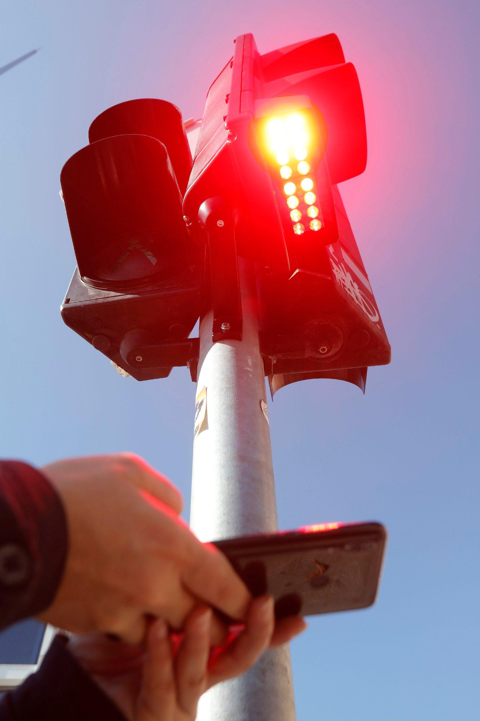 Zagreb, 121019. Na krizanju Prilaza Gjure Dezelica i Frankopanske ulice postavljen je dodatni semafor za pjesake koji vise ne moraju podignuti pogled sa svog pametnog telefona prije prelaska ceste jer im je omogucena posebna svjetlosna signalizacija usmjerena prema podu. Na fotografiji: novi semafor za pjesake koji gledaju u mobitel dok prelaze cestu. Foto: Tomislav Kristo / CROPIX