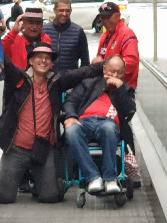 Jedan naš navijač nije mogao niti hodati, odvezli su ga u kolicima...
