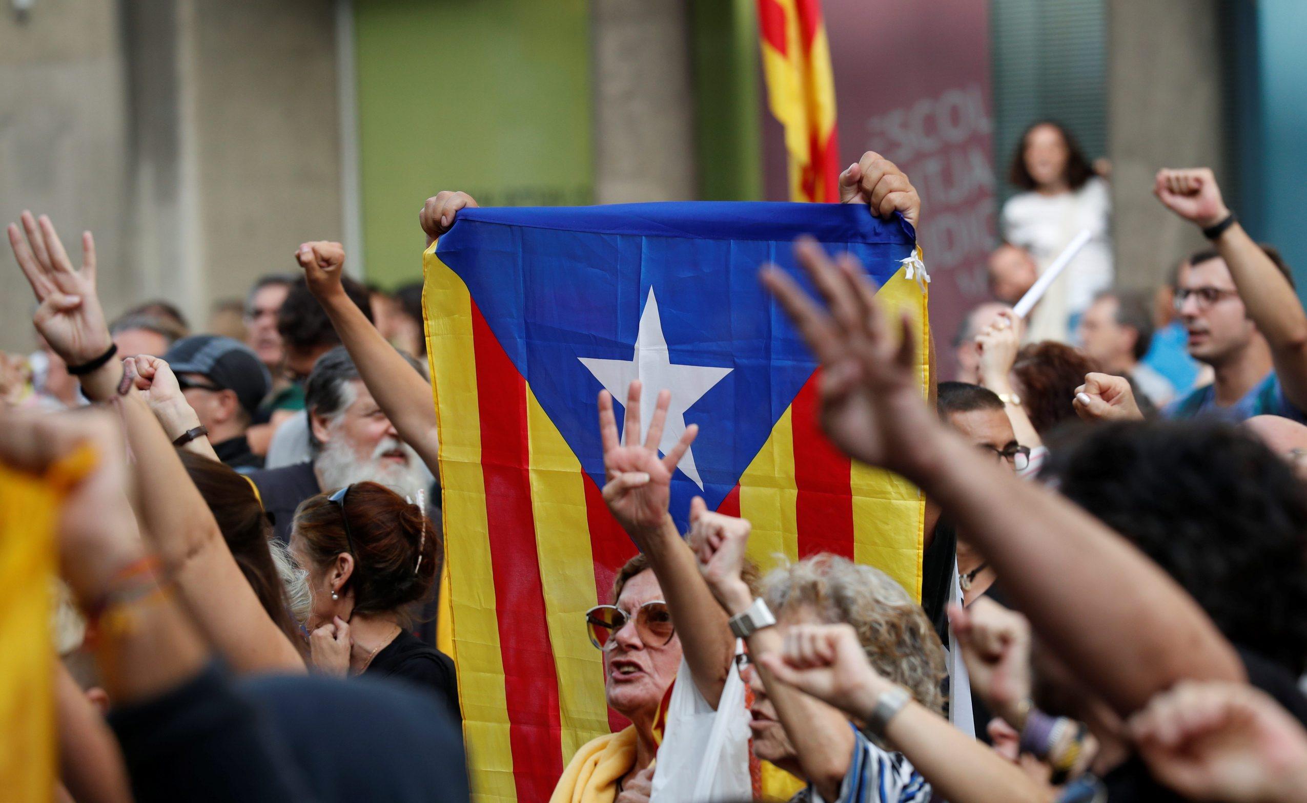 Prosvjednici drže natipis kao znak potpore katalonskim separatistima ispred sjedišta Vrhovnog suda u Madridu