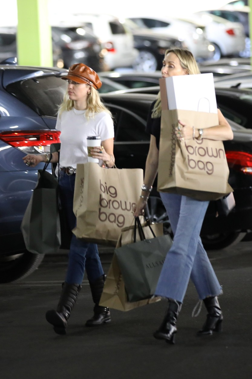 Studio City, Ca  - Miley Cyrus seen after a shopping spree with mom Tish. This was after Miley spent the morning having a coffee date with her new beau Cody Simpson. The pair emerged with several large shopping bags from Bloomingdale's and AllSaints.  *UK Clients - Pictures Containing Children Please Pixelate Face Prior To Publication*, Image: 476535912, License: Rights-managed, Restrictions: , Model Release: no, Credit line: Vasquez-Max Lopes-Lalo / BACKGRID / Backgrid USA / Profimedia