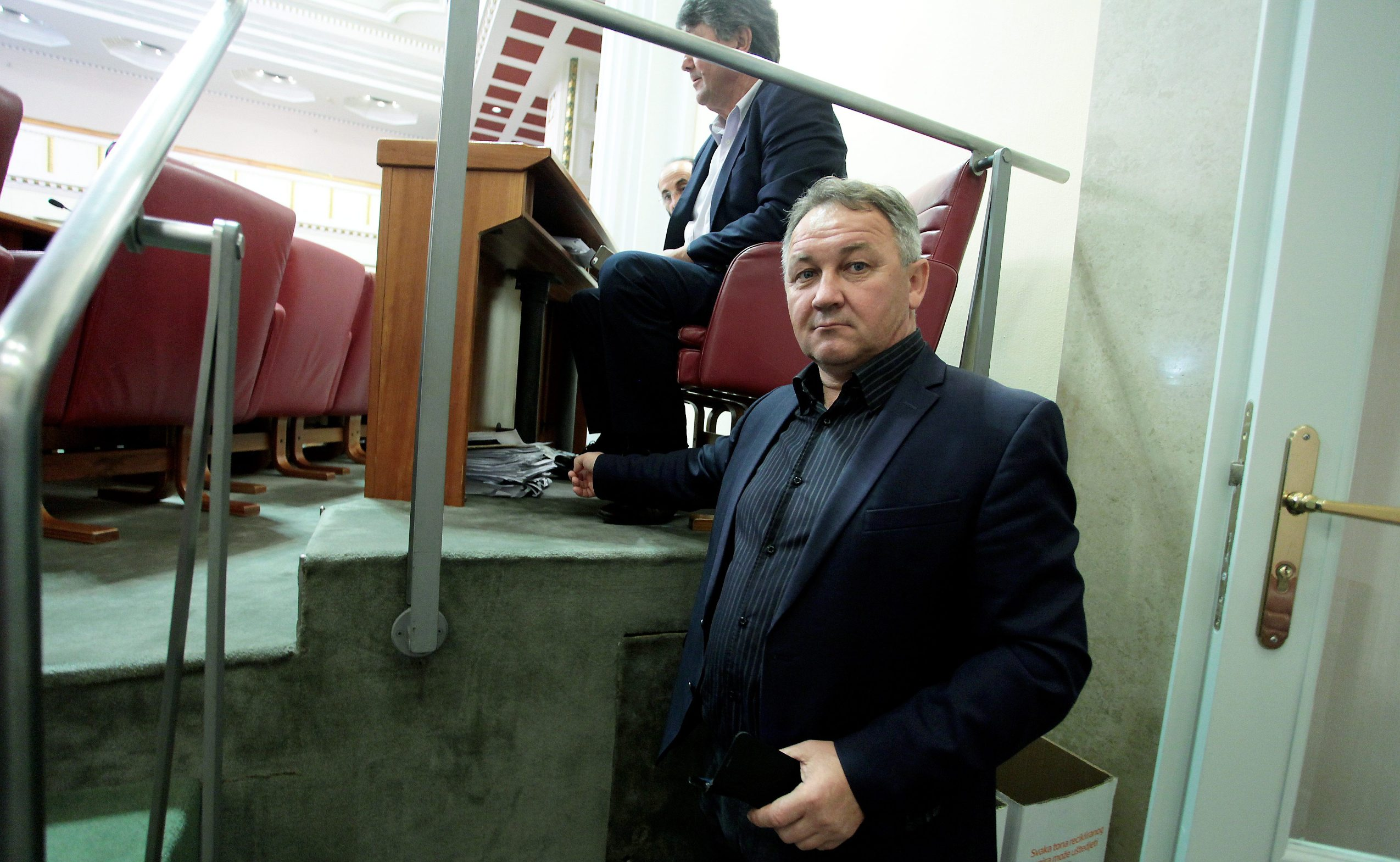 Zastupnik HDZ-a Stevo Culej pokazuje mjesto gdje mu je navodno tijekom Dana otvorenih vrata ukradena torba puna povjerljivih dokumenata prikupljenih tijekom 20 godina
