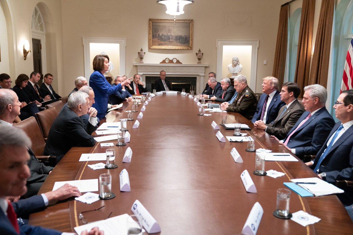 Nancy Pelosi (stoji) i Donald Trump u Bijeloj kući