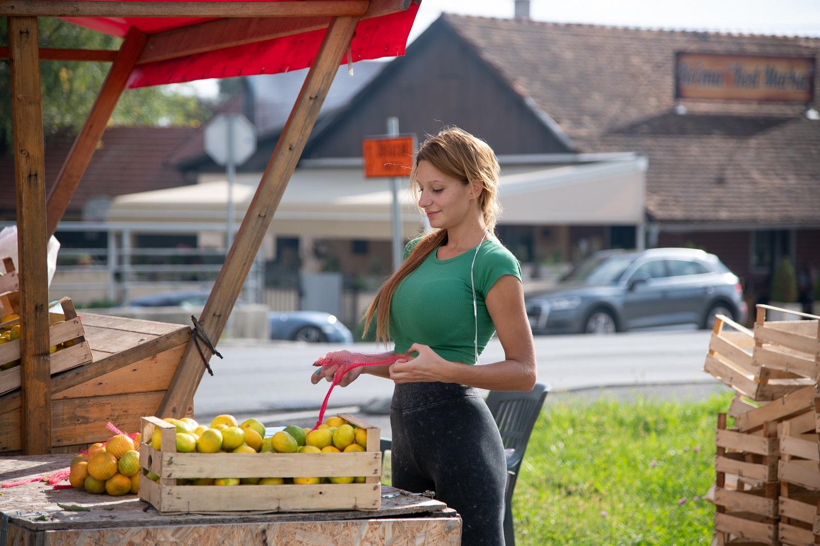 Zagreb, 021019 Prodavacica mandarina na Samoborskoj cesti. Foto: Marko Miscevic / Cropix