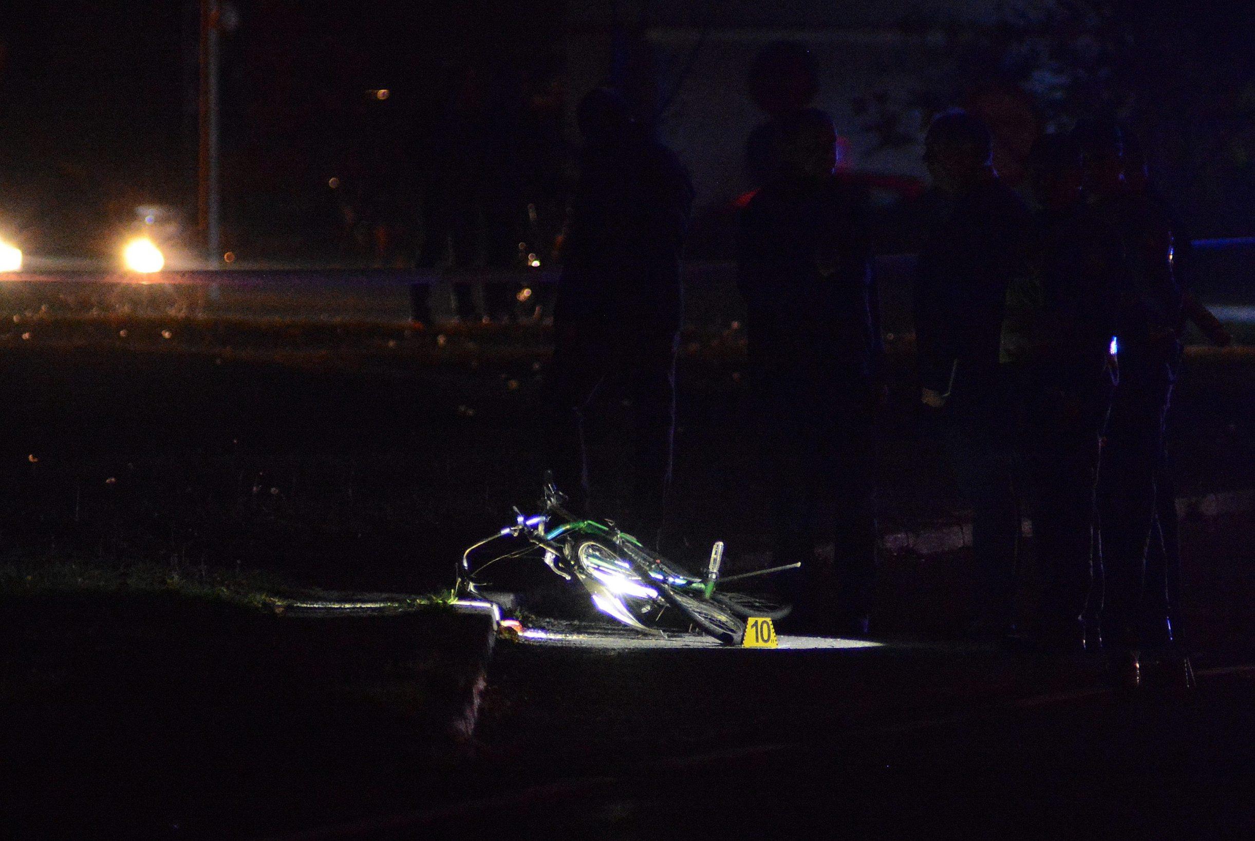 Duga Resa, 211019. Veceras oko 20,25 sati u Duga Resi doslo je do naleta osobnog automobila na biciklista. Biciklist je preminuo na mjestu dogadjaja, a zbog vrsenja ocevida za sav promet je zatvorena DC-3. Na fotografiji: Mjesto nesrece. Foto: Robert Fajt / CROPIX