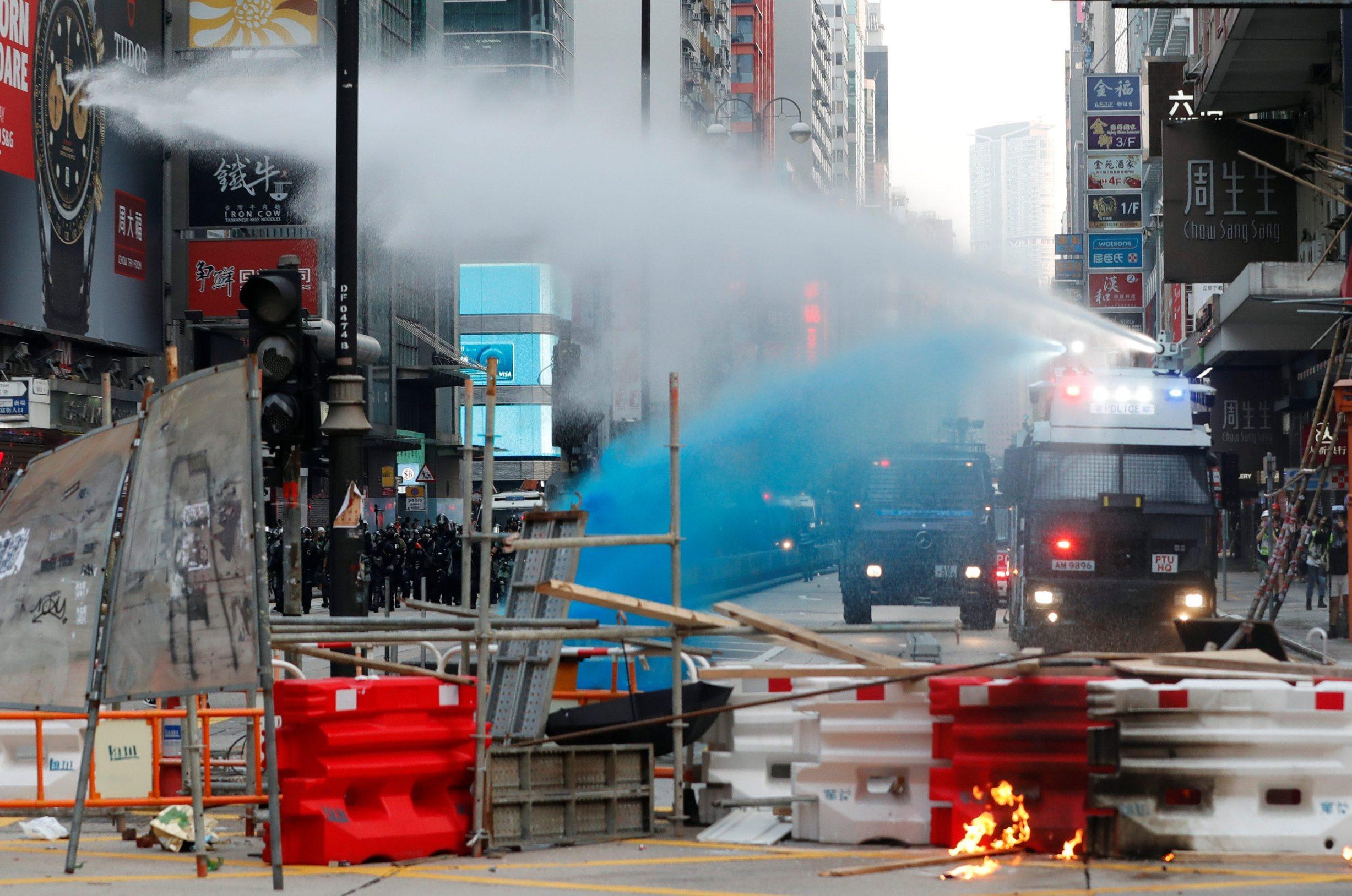 Policija koristi vodeni top u Hong Kongu