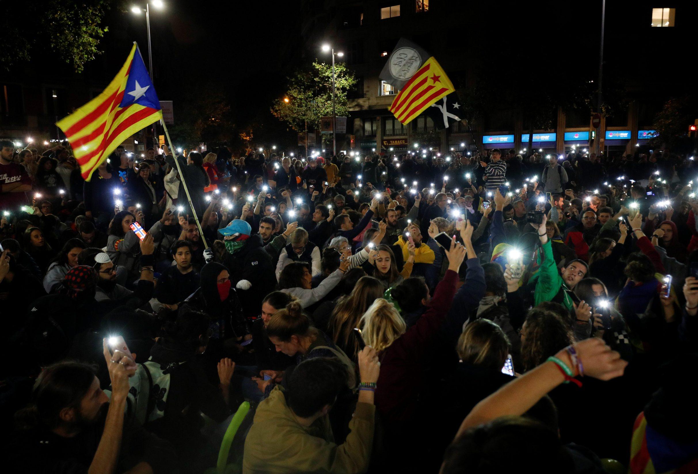 2019-10-21T184054Z_1668256899_RC13CD8DEDF0_RTRMADP_3_SPAIN-POLITICS-CATALONIA-PROTEST-BALLOONS