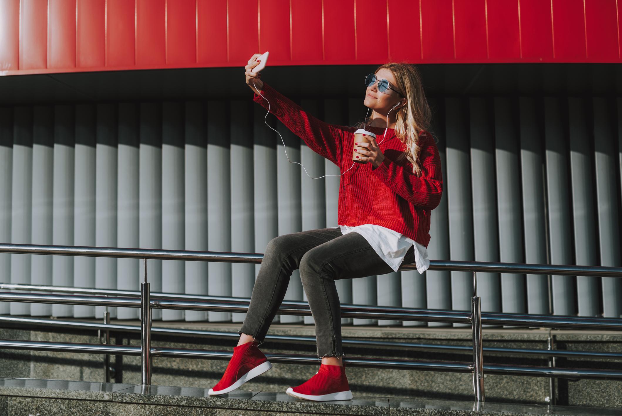 Selfitis je definiran kao opsesivno kompulzivna potreba za fotografiranjem sebe i njegovo objavljivanje na društvenim mrežama.