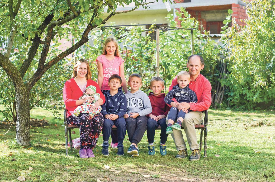 Tata Marko (47), majka Ana (41) i njihova djeca: Klara (12), Josip (9), ide u treći razred, Janko (8), prvašić Bartol (7), Blaž (3) i najmlađi Ilija, koji ima tri mjeseca
