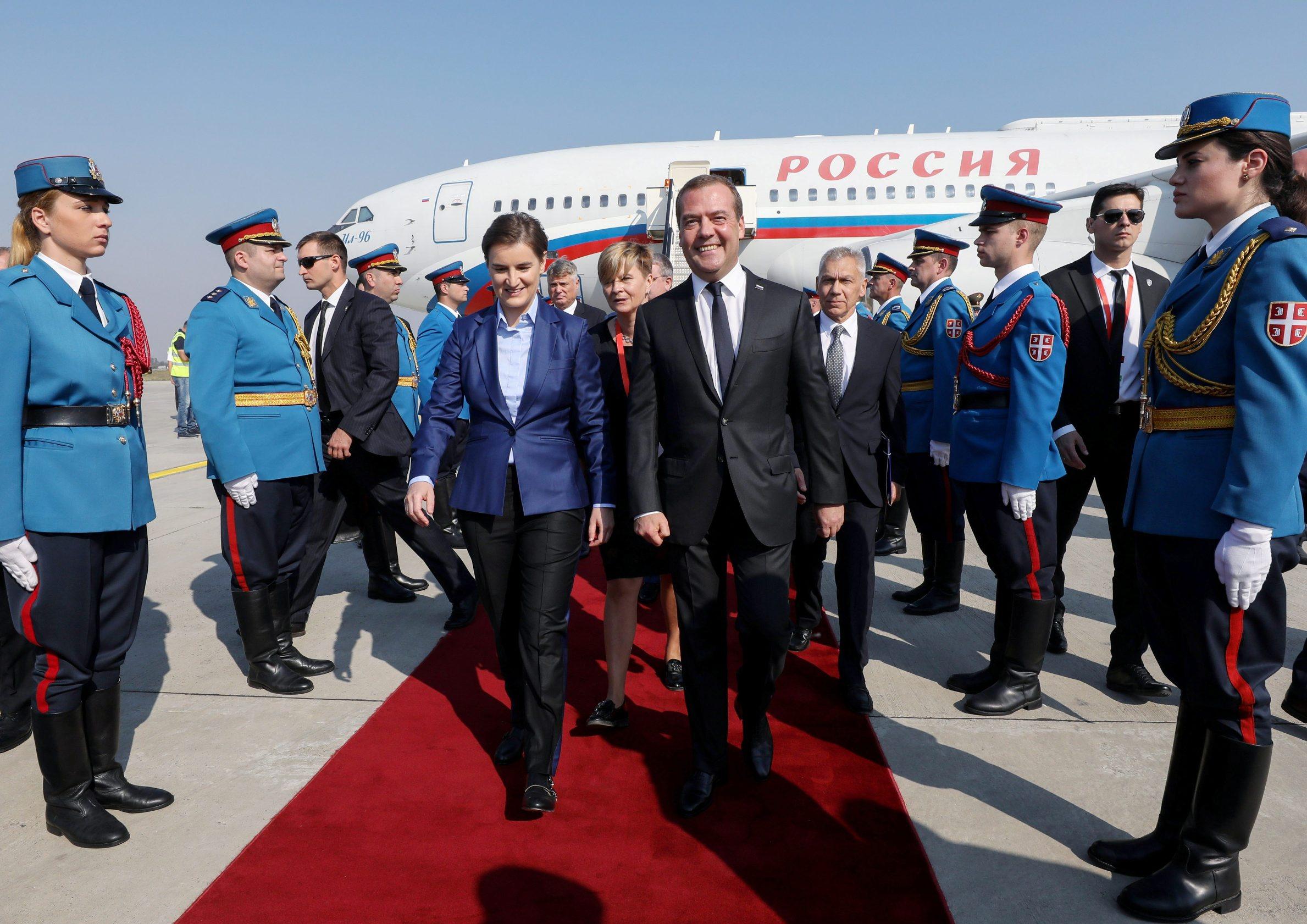 Prije potpisivanja sporazuma, ruski premijer Dmitrij Medvedev je došao u posjet Beogradu: dočekala ga je premijerka Ana Brnabić