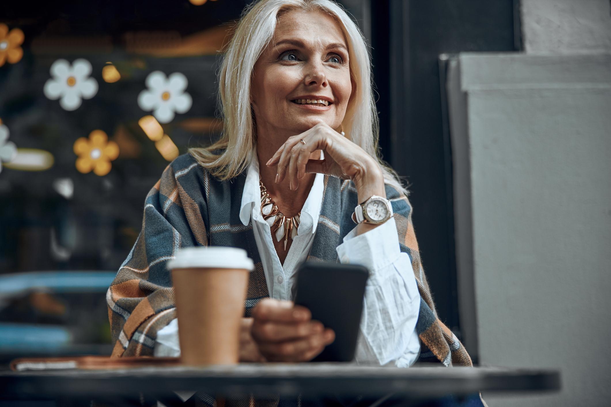 Postoji percepcija da kako žene stare ne žele više imati spolne odnose, ali istraživanje je pokazalo da je seksualna aktivnost kod starijih žena povezana s dobrim zdravljem i čvrstom vezom ispunjenom ljubavlju te sa zdravom emocionalnom povezanošću s partnerom.