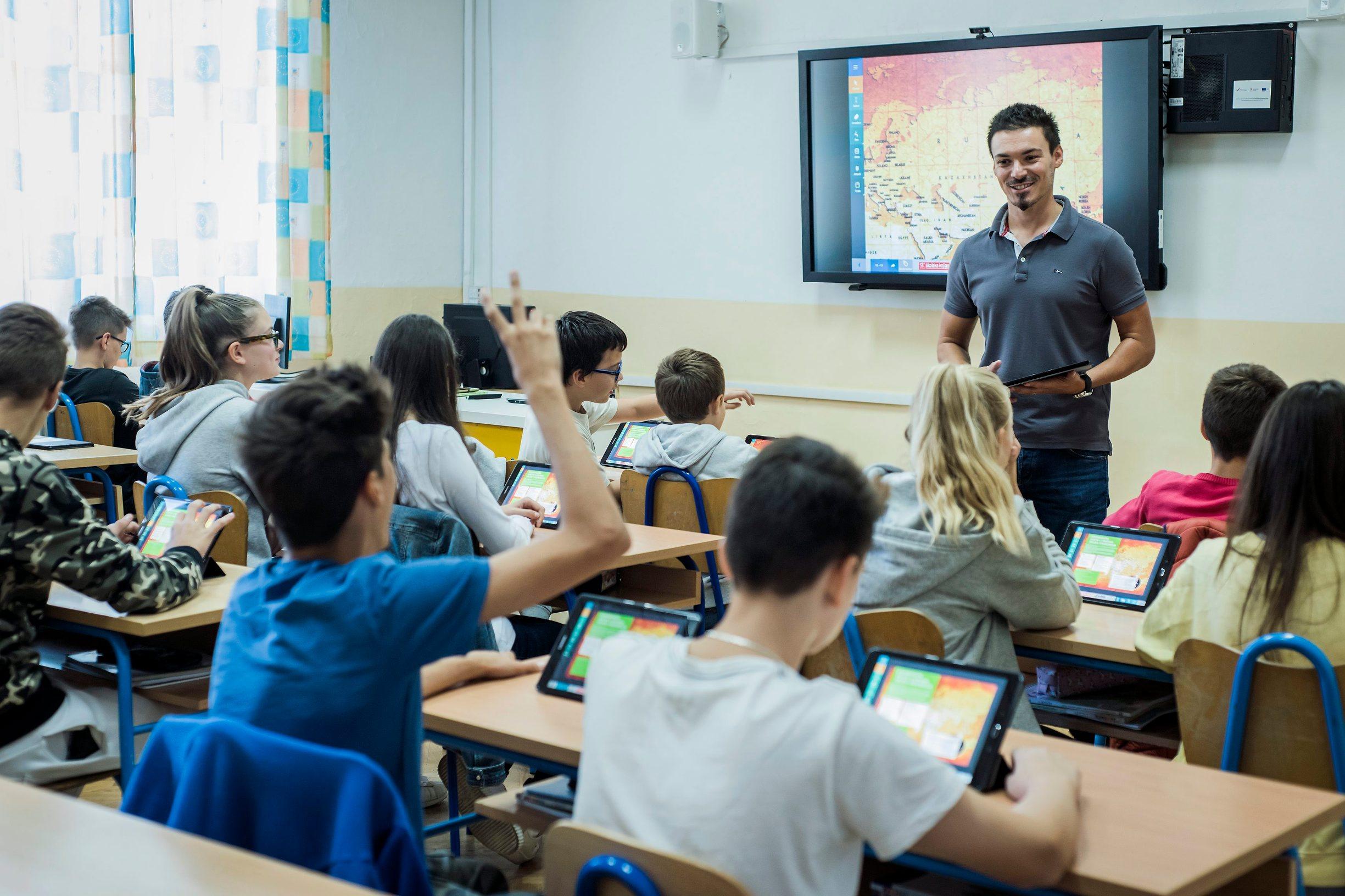 Učenici osnovne škole na nastavi