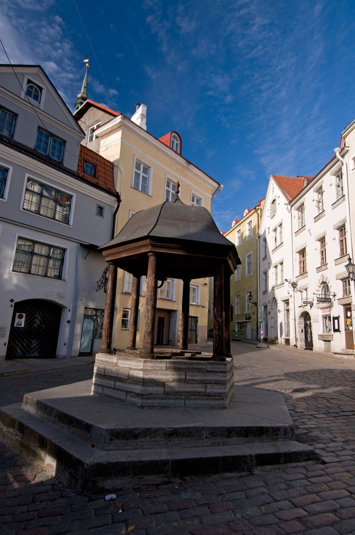 .A drinking well, known as the Cat's Well on the corner of Rataskaevu and Dunkri in the Old Town of Tallinn,Estonia,Baltic States  The well was a main sources of water for the Tallinn residents in medieval times. Stray cats were rounded up and tossed, sometimes live, down the shaft. This practice was so common that the locals started calling this watering hole,Cat's Well, Image: 162117328, License: Rights-managed, Restrictions: , Model Release: no, Credit line: richard sowersby / Alamy / Alamy / Profimedia